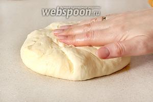 Собрать тесто с краёв к середине, сделав узелок в центре. Узелок я не обрезаю, а распределяю его  равномерно, приплющивая тесто руками.