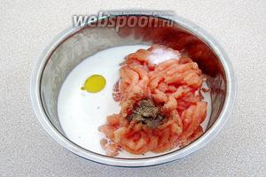 Куриное филе пропустить через мелкую решётку мясорубки, добавить сырое яйцо, сливки, перец и соль.