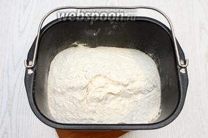 Вылейте сметанно-яичную смесь, масло в чашу хлебопечки и просейте муку.