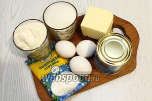 Для приготовления нам понадобятся следующие ингредиенты: яйца, сахар, сахарная пудра, мука пшеничная и миндальная, сгущёнка, масло сливочное, молоко и кокосовая стружка.