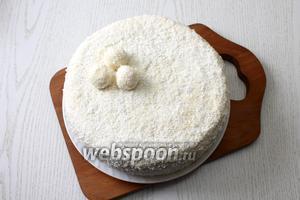 """Торт освободите от формы, обсыпьте кокосовой стружкой. Из остатков крема я сделала шарики для украшения. Наш торт """"Снежная сказка"""" готов. Приятного чаепития!"""