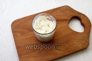 В молоке размешайте кокосовую стружку и оставьте набухать на 15 минут.