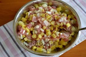 Смешать в миске нарезанные лук, картофель и кусочки курицы. Посолить и поперчить по вкусу (обильно). Перемешать.