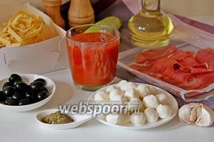 Для приготовления нам понадобится лапша тальятелли, пармская ветчина, маслины, соус томатный, кабачок, чеснок, масло для жарки, сыр Моцарелла, прованские травы и соль, перец по вкусу.