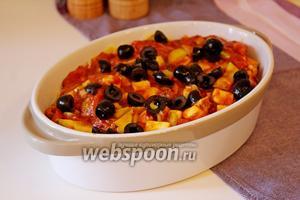 Затем нарезанные на половинки маслины без косточек.