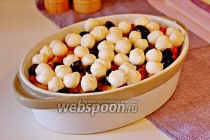 Поверх уложить шарики Моцареллы и поставить в заранее разогретую до 200°С духовку на 10 минут.