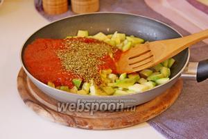 Добавить томатный соус и прованские травы, довести до кипения и снять с плиты.