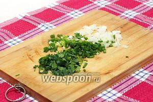 Зелёный лук, петрушку нарежьте очень мелко, чтобы лук почти не ощущался в салате, а лишь отдавал ему вкус и запах.