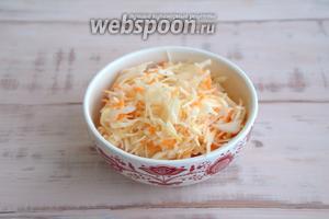 Употребляйте с любыми блюдами, предварительно сдобрив её растительным маслом. При желании, в квашеную капусту по-кубански можно добавить зелень или лук.