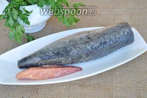Рыбу разморозить, почистить, удалить голову и внутренности. Вымыть. Так как рыба имеет много мелких костей, острым ножом сделаем много мелких надрезов.