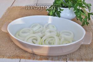 В форму налить немного масла. Луковицу очистить и нарезать толстыми кольцами. Выложить в форму. На луке будет запекаться рыба. После запекания, лук использовать не будем.