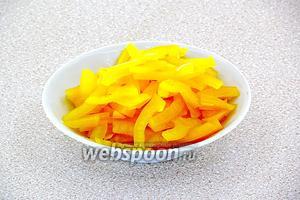 Плод сладкого перца очистить от плодоножки и семяносцев с семенами, разрезать вдоль на 4 части, а затем каждую 1/4 нашинковать тонкой соломкой.