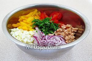 Соединить все подготовленные ингредиенты, поперчить, посолить и полить оливковым маслом.