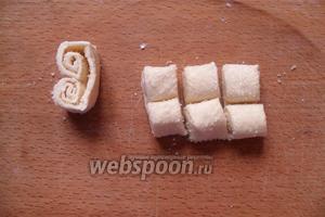 Нарезаем рулет на печенье, ширина каждого 1-1,5 см.