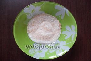 В отдельной миске смешать оставшийся сахар с корицей и ванилью.