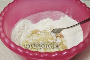 добавить смесь масла и воды частями, замешивая тесто.