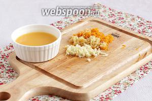 Сначала приготовим маринад для отбивных. Для этого имбирь и апельсиновую цедру нужно натереть на мелкой тёрке. Чеснок порубить.