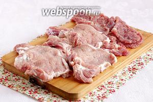 Подготовить мясо. Чтобы оно было сочным и мягким,  нужно отбить его с 2 сторон или воспользоваться тендерайзером. А я использовала вместо тендерайзера  чекич для лепёшек. Получилось очень даже неплохо.
