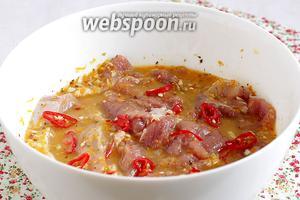 Опустить мясо в маринад, сверху посыпать  острым перцем и оставить на 2-3 часа или на 1 ночь.