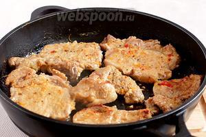 По истечении данного времени, достать мясо из маринада, слегка очистить его от мелких кусочков маринада и обжарить на растительном масле с обеих сторон. Маринад не выбрасываем, он будет использован для соуса. Как только, при накалывании мяса вилкой, перестанет выделяться прозрачный сок — мясо готово.