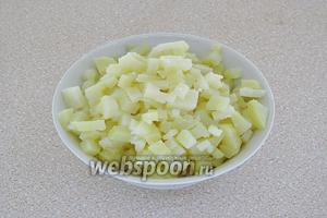 Картофель отварить в кожуре, очистить, охладить и нарезать очень мелкими кубиками.