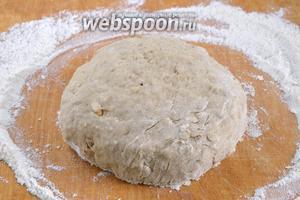 Замесите мягкое тесто, оно не должно липнуть к рукам. Если липнет, подсыпьте ещё муки.