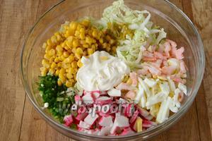 Соединяем ингредиенты в салатнике, добавляем кукурузу. Заправляем салат майонезом добавляем соль по вкусу.