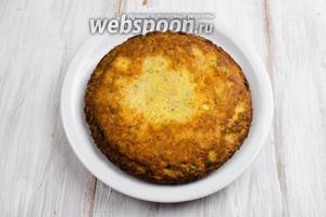 Готовый омлет аккуратно выложить в тарелку. Подавать к столу с овощами или густыми сливками.