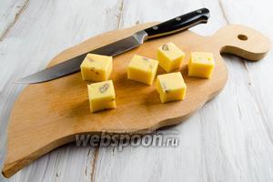 Твердый сыр с орехами нарезать кубиками меньшего размера.