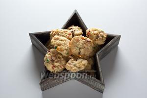 Даём изделиям остынуть, употребляем холодными. В ёмкостях для хранения выпечки эти печенюхи вполне могут храниться месяц.