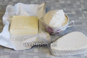 Для приготовления теста взять пачку творога (5%), масло сливочное (82,5%), муку и соль.