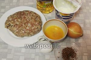 Для начинки взять мясной фарш, подсолнечное масло, сметану, лук, яйцо и желток для смазки, семечки льна, соль, зелень, пряности.
