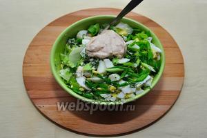 Овощи смешаем в салатнике, заправим соусом, перемешаем. Попробуем на соль, перец, если необходимо — добавим по вкусу!