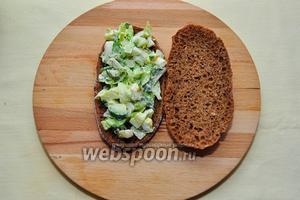 Возьмём лепёшки, на 1/2 лепёшки выложим наш яичный салат, накроем второй — готово! Вкусный и полезный перекус готов!