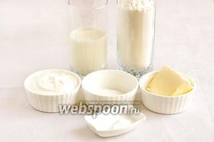 Чтобы приготовить тесто возьмем кефир, сметану, сливочное масло, соду, соль, немного сахара.