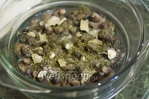 Присыпаем сушёным укропом, молотым чёрным перцем, кусочками лаврового листа. Добавляем горошину душистого перца и соль.
