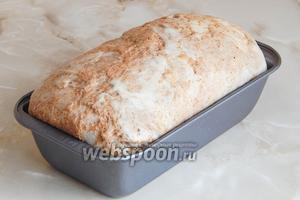 Тесто должно расстояться ещё минут 40 в тепле, пока греется духовка. Выпекать такой хлебушек рекомендую первые 20 минут на пару при 240°С, затем без пара ещё 40 минут при 180°С.