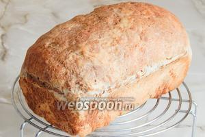 Остужаем мраморный пшенично-ржаной хлеб на решётке. Приятного вам аппетита!