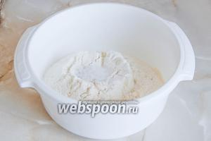 Во второй миске соединяем просеянную пшеничную муку с солью.