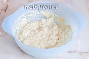 Замешиваем жидковатое тесто ложкой.
