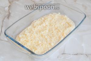 Пересыпаем сыром. Кстати, масло и сыр визуально разделите на необходимое количество частей (столько, сколько у вас пластов теста, минус 1 — им мы покрываем пирог).