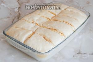 Затем смазываем пирог 1/2 яйца и остатками масла.