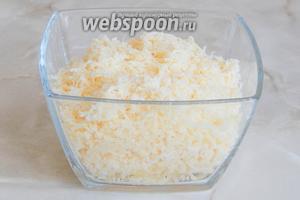 Пока росло тесто, мы измельчили на крупной тёрке сыр. Можете взять любой, который хорошо плавится.