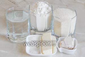 Приготовим хлебушек из пшеничной муки, манной крупы, кипяченой теплой (37-38 градусов) воды, свежих дрожжей (можно заменить сухими - 7 граммов), соли, сахара и сливочного масла (можно заменить подсолнечным рафинированным).