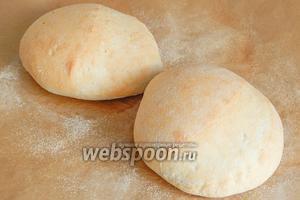 Первые 15 минут печем хлеб на пару при 240 градусах, после чего допекаем до румяного состояния без пара 30 минут при 200 градусах.