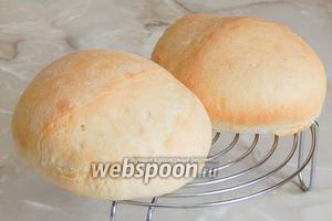 Готовый пшеничный хлеб остужаем на решетке. Приятного вам аппетита, друзья!