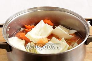 В том же бульоне отварить оставшиеся овощи - морковь и капусту, они варятся быстро. Если нужно, то подбавить бульон.