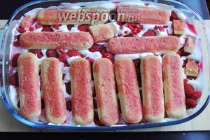 Кладём 2 слой печенья сверху на малину, придавим руками, чтоб малина вошла в сливки, и пропитываем оставшимся сиропом.