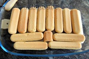 Собираем десерт: в прямоугольную посуду выкладываем печенье.