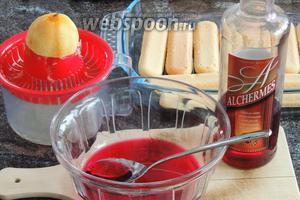 Для сиропа смешиваем ликёр, воду и свежевыжатый лимонный сок. 1/2 порции сиропа пропитываем печенье.